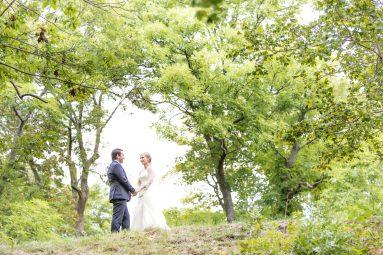 Bröllopsporträtt i grönskan